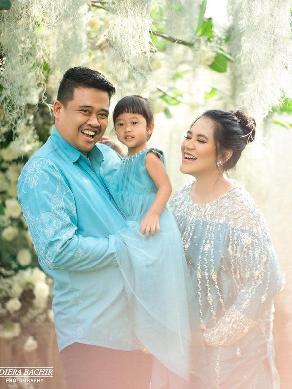 Cucu perempuan Presiden Jokowi itu sudah mulai pinter bergaya mengikuti kedua orang tuanya. Begitu juga ketika menunjukkan wajah bahagia, terlihat Sedah ikut tersenyum bahagia. (Instagram/dierabachir)