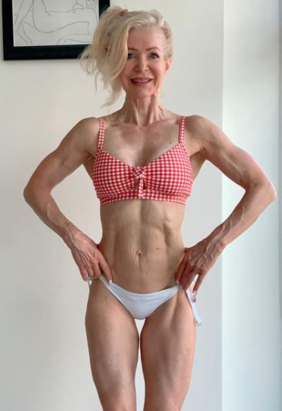 Lesley maxwell is 63 years old and rocking some killer abs. Photo: Instagram/lesleymaxwell.fitness