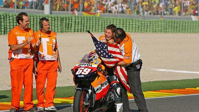 Nicky Hayden menangis sejadi-jadinya ketika mengetahui jadi juara dunia MotoGP 2006. (Istimewa)