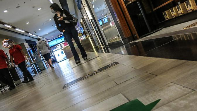 Penanda jaga jarak sosial terlihat di lantai sebuah pusat perbelanjaan di tengah merebaknya wabah COVID-19 di Sao Paulo, Brasil (5/8/2020). Brasil pada Rabu (5/8) mencatat 1.437 kematian baru akibat COVID-19, menambah jumlah kematian secara nasional menjadi 97.256. (Xinhua/Rahel Patrasso)