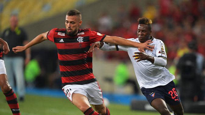 Leo Duarte, pemain baru AC Milan saat masih memperkuat Flamengo (CARL DE SOUZA / AFP)