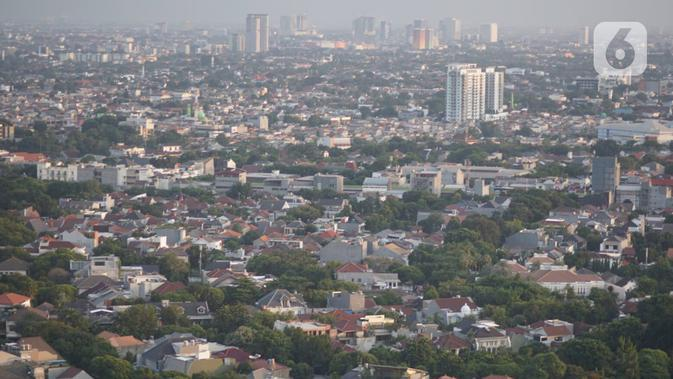 Lansekap pemukiman penduduk berlatar gedung bertingkat terlihat dari kawasan Senayan, Jakarta, Selasa (21/1/2020). Staf Khusus Kementerian PUPR Bidang Sumber Daya Air Firdaus Ali menjelaskan, ruang terbuka hijau di Jakarta baru 9,98% kurang dari syarat minimum 30%. (Liputan6.com/Immanuel Antonius)