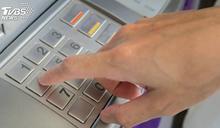 女去ATM領錢等吐鈔 下秒轉藍色螢幕秀4字大崩潰