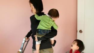 超商員工揹孩子結帳 職場媽媽呼救政府在哪裡
