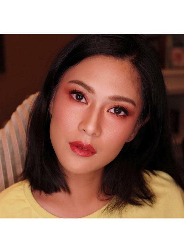 Dian Sastro dengan Makeup Tebal (Sumber: Instagram/therealdisastr/