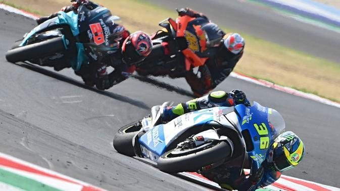 Joan Mir di belakang Fabio Quartararo pada salah satu balapan MotoGP 2020. (ANDREAS SOLARO / AFP)