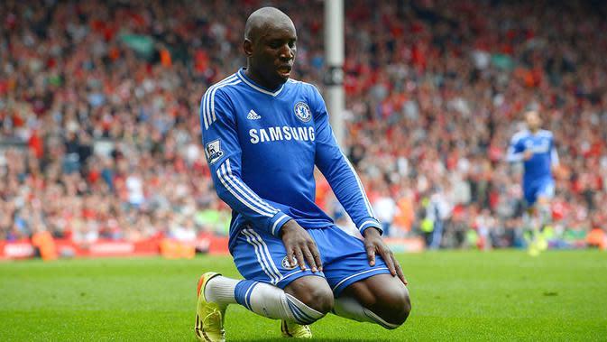 8. Demba Ba - Kepergian Drogba dan mandulnya Torres membuat manajemen Chelsea mendatangkan dirinya ke Stamford Bridge. Mantan bomber Newcastle ini hanya menjadi penghias bangku cadangan The Blues. (AFP/Andrew Yates)