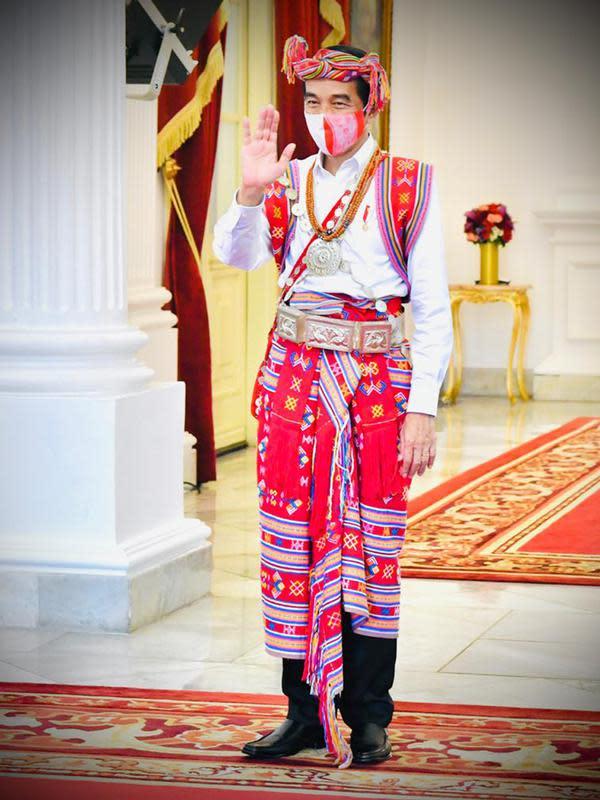 Presiden Joko Widodo atau Jokowi bersiap mengikuti Upacara Peringatan Detik-detik Proklamasi di halaman Istana Merdeka Jakarta, Senin (17/8/2020). Kali ini, Presiden Jokowi memilih menggunakan baju adat Timor Tengah Selatan dari Nusa Tenggara Timur ( NTT). (Foto: Biro Pers Sekretariat Presiden)