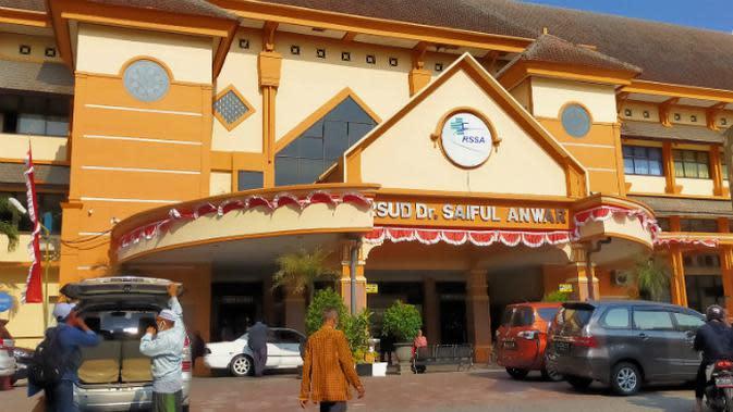 RS Saiful Anwar jadi rujukan utama penanganan Corona Covid-19 di Malang. Rumah sakit ini mulai kewalahan alat bantu pasien berupa ventilator (Liputan6.com/Zainul Arifin)