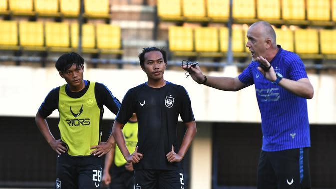 Pelatih PSIS Dragan Djukanovic memimpin anak asuhnya berlatih di Stadion Citarum, Semarang, Rabu (16/9/2020). (Dok PSIS Semarang)