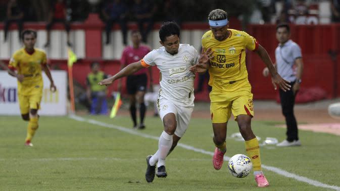 Gelandang Bhayangkara FC, Bruno Matos, berebut bola dengan bek PSS Sleman, Bagus Nirwanto, pada laga Shopee Liga 1 di Stadion PTIK, Jakarta, Jumat (4/10). PSS menang 2-0 atas Bhayangkara. (Bola.com/Yoppy Renato)