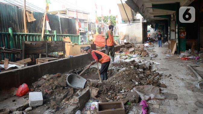Pekerja mengerjakan pembangunan proyek revitalisasi pasar Ciputat yang sudah tak baik untuk transaksi jual beli, Tangerang Selatan, Jumat (4/9/2020). Pasar Ciputat akan diubah seperti pusat perbelanjaan pasar rakyat yang modern dengan kosep masih tetap pasar tradisional. (merdeka.com/Dwi Narwoko)