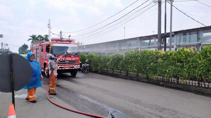 Sejumlah ruas jalan disemprot cairan disinfektan, Selasa (24/3/2020). Penyemprotan dilakukan sebagai langkah pencegahan penyebaran virus corona Covid-19 di wilayah Kota Bogor. (Foto: Liputan6/Achmad Sudarno