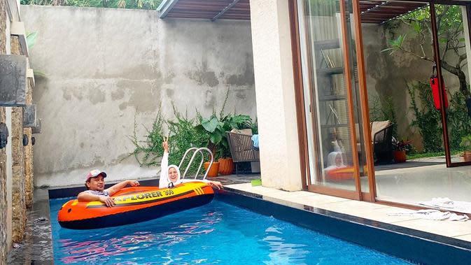 Meisya Siregar dan Bebi Romeo menaiki sekoci di kolam renang (https://www.instagram.com/p/CGMt-IBgQ-W/)