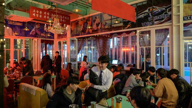Suasana aktivitas pengunjung Pyeongyang Bar di Distrik Hongdae, Seoul, Korea Selatan, Jumat (10/1/2020). Di sini pengunjung dapat memesan hidangan khas Korea Utara. (ED JONES/AFP)
