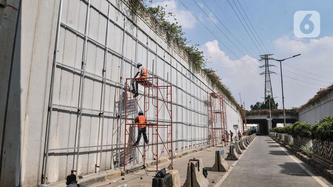 Aktivitas pekerja menyelesaikan Underpass Senen Extension, Jakarta, Rabu (1/7/2020). Dishub DKI menutup ruas Underpass Senen dari arah Jalan Letjen Suprapto menuju Simpang Senen hingga akhir Juli 2020 guna memperlancar proyek pembangunan Underpass Senen Extension. (merdeka.com/Iqbal S. Nugroho)