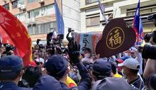 「挺中天」群眾抬棺欲撞NCC 被擋 控警察比抗議人潮多