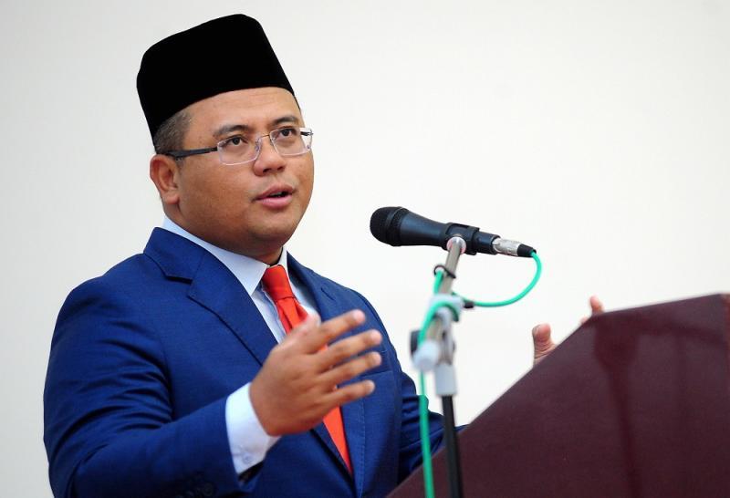 Selangor Mentri Besar Datuk Seri Amirudin Shari reportedly said he will stand with PKR president Datuk Seri Anwar Ibrahim. — Bernama pic