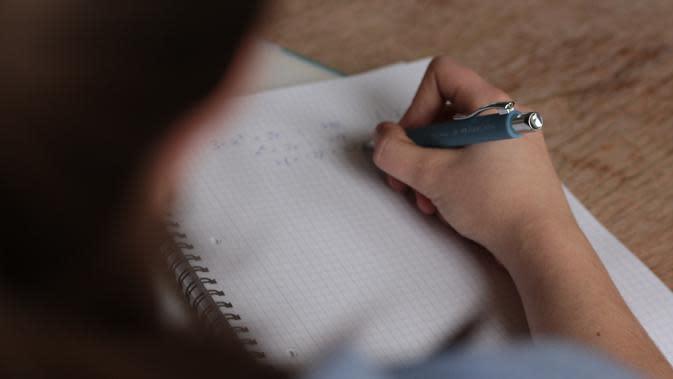 Ilustrasi belajar untuk menghadapi ujian | pexels.com/@louis-bauer-79024