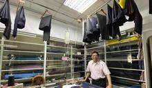 三峽僅存的45年「雅賓西褲店」 老闆為長短腳客人不退休
