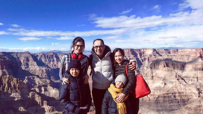 Kareena bersama dua adik sambung dengan ayahnya saat liburan ke luar negeri. Kareena dan keluarga menikmati liburan di Grand Canyon Skywalk. (Sumber: Instagram/bungazainal05)