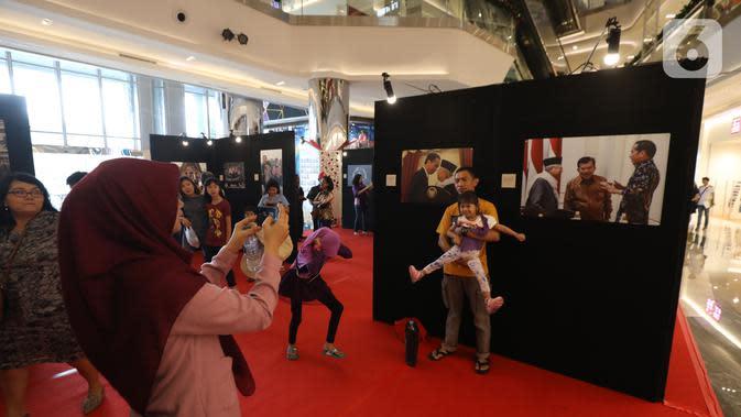 Pengunjung saat pameran foto Membangun Indonesia di Mall Neo Soho, Jakarta, Minggu (10/11/2019). Pameran menampilkan foto-foto jurnalistik mengenai pembangunan Indonesia yang dikerjakan Jokowi-JK selama 5 tahun bekerja dan akan berlangsung hingga 17/11. (Liputan6.com/Angga Yuniar)