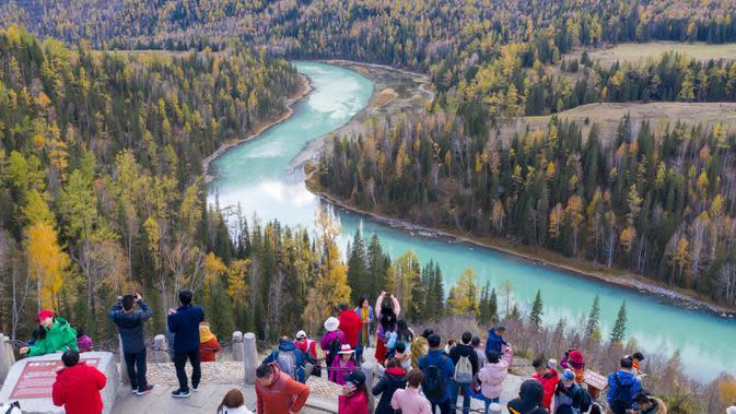 Para wisatawan mengunjungi kawasan wisata Kanas di Altay, Daerah Otonom Uighur Xinjiang, China barat laut, pada 28 September 2020. (Xinhua/Sadat)