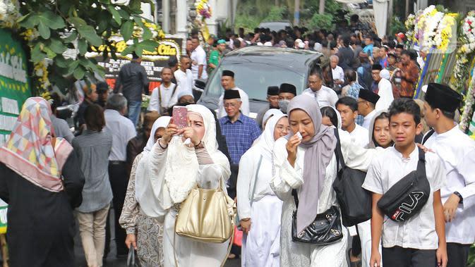 Suasana rumah duka KH Salahuddin Wahid atau Gus Sholah di Tendean, Jakarta, Senin (3/2/2020). Pemimpin Pondok Pesantren Tebuireng tersebut meninggal pada usia 78 tahun. (Liputan6.com/Herman Zakharia)