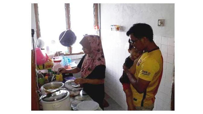 Negaranya Dilockdown, Keluarga Ini Terpaksa Makan Nasi dan Gula (Sumber: World of Buzz)