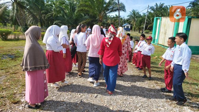 Para pekerja Indonesia berjalan bersama Nia menuju klinik KB untuk menjalani pemasangan alat kontrasepsi, ada KB susuk dan KB spiral (Foto: Aditya Eka Prawira/Liputan6.com)