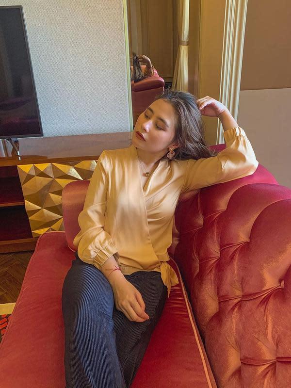 Banyak ruangan memang di kediaman baru Prilly. Ini adalah potret aktris cantik ini saat bersantai di sofa ruang keluarganya. Terlihat sofa yang diduduki Prilly berwarna merah keemasan. (Instagram/prillylatuconsina96)