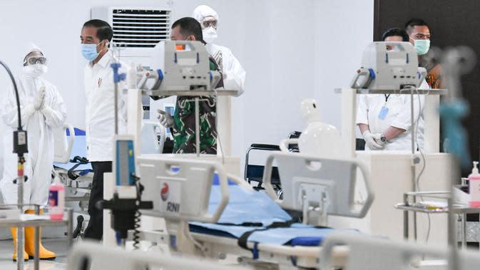 Presiden Joko Widodo (kiri) melihat peralatan medis di ruang IGD saat meninjau Rumah Sakit Darurat Penanganan COVID-19 Wisma Atlet Kemayoran, Jakarta, Senin (23/3/2020). Jokowi memastikan Rumah Sakit Darurat siap digunakan untuk menangani 3.000 pasien. (ANTARA FOTO/Hafidz Mubarak A/Pool)