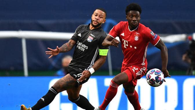 Gelandang Bayern Munchen, Alphonso Davies, berebut bola dengan penyerang Olympique Lyon, Memphis Depay, pada semifinal Liga Champions 2019/2020 di Estadio Jose Alvalade, Kamis (20/8/2020) dini hari WIB. Bayern Munchen menang 3-0 atas Lyon. (AFP/Franck Fife/pool)