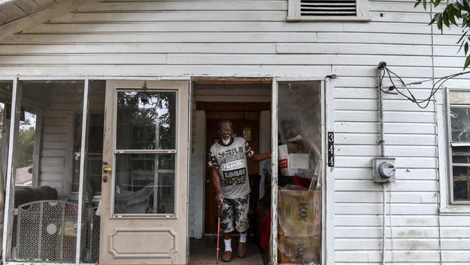 Samuel Hawkins (80) melihat saat dia berjalan keluar dari rumahnya di Fayette, Jefferson County, Mississippi (28/9/2020). Dampak perbudakan di wilayah Amerika Serikat bagian Selatan ini tetap terlihat. (AFP/Chandan Khanna)