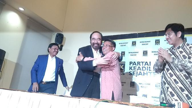 Ketua Umum Partai Nasdem, Surya Paloh Tampak Berpelukan dengan Presiden PKS, Sohibul Iman. Kedua Partai Tersebut Menggelar Pertemuan di Kantor DPP PKS, Jakarta, Rabu (30/10/2019). (Foto: Merdeka.com)