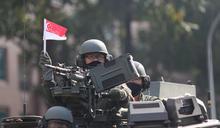 新加坡國慶軍人士氣高昂 舉國旗祝生日快樂 (圖)
