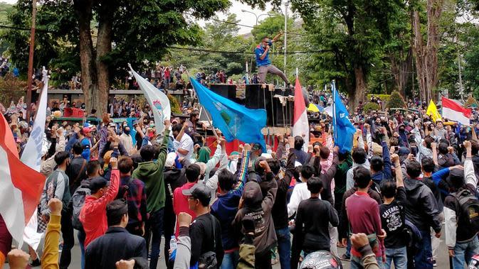 Aksi unjuk rasa ribuan buruh dalam lanjutan menolak UU Omnibus Law Cipta Kerja, digelar di depan Gedung Sate, Kota Bandung, Kamis (8/10/2020). (Liputan6.com/ Huyogo Simbolon)