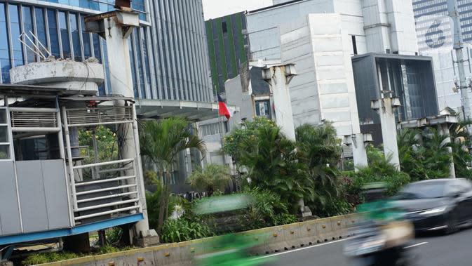 Tiang pancang bekas JPO Tosari menjulang di Jalan Jenderal Sudirman, Jakarta, Selasa (29/9/2020). JPO yang telah dibongkar dan berganti pelican crossing kondisinya dibiarkan terbengkalai, meskipun keberadaannya tidak berfungsi lagi serta mengganggu estetika kota. (Liputan6.com/Immanuel Antonius)