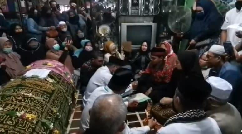 Romodhoni Putra Pratama having his akad nikah ceremony next to the body of his deceased father. — Screen capture via Facebook/selasardotco