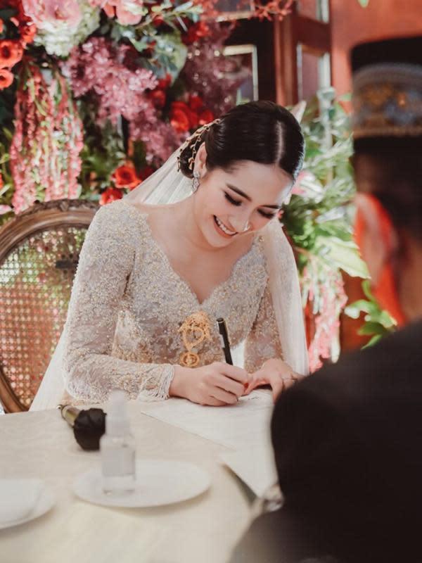 Di foto ini memperlihatkan senyum bahagia Niken yang tengah menandatangani dokumen pernikahan mereka. Seperti yang diketahui, bersama Adimaz Pramono menjadi pernikahan kedua Niken. Di tahun 2014 ia pernah menikah dan bercerai di tahun 2017. (Instagram/armanfebryan)