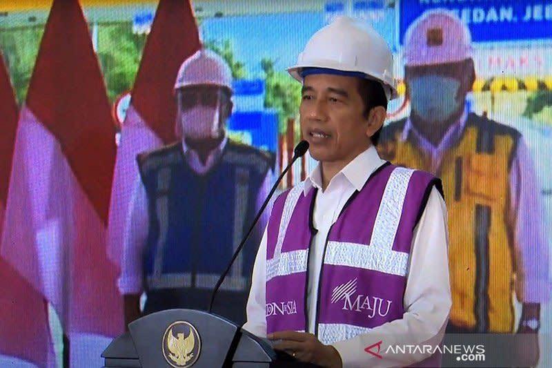 Beri bantuan modal kerja pedagang, Jokowi: Kita semua harus bertahan