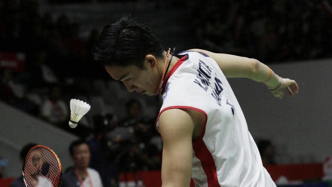 Pebulutangkis Jepang, Kento Momota, saat melawan wakil Denmark, Anders Antonsen, pada laga Indonesia Masters 2019 di Istora, Jakarta, Minggu (27/1). Antonsen menang 21-16, 14-21, 21-16. (Bola.com/M Iqbal Ichsan)