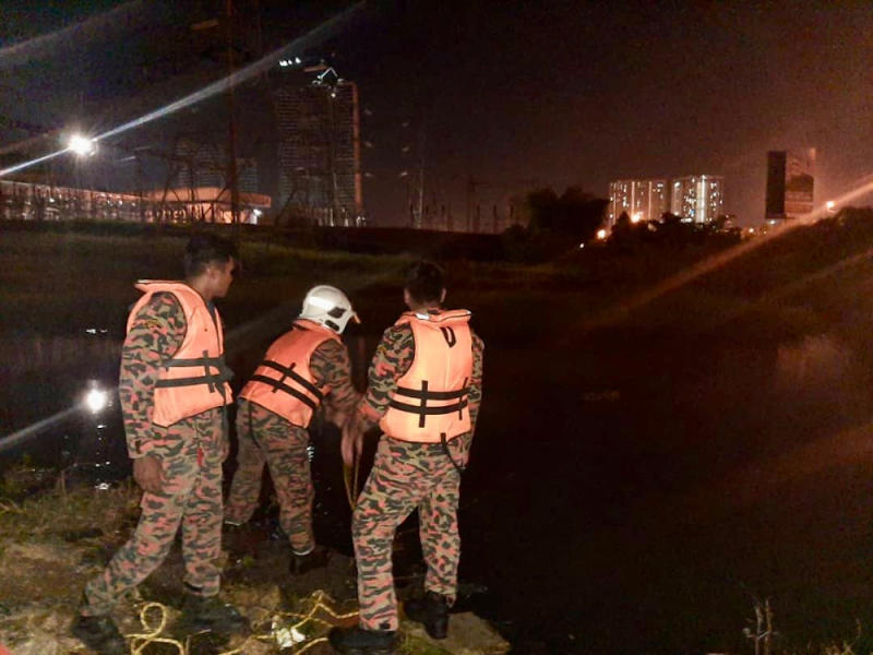 Firemen from the Tebrau Fire and Rescue station doing a surface search for the drowned children. — Picture courtesy of the Johor Fire and Rescue Department