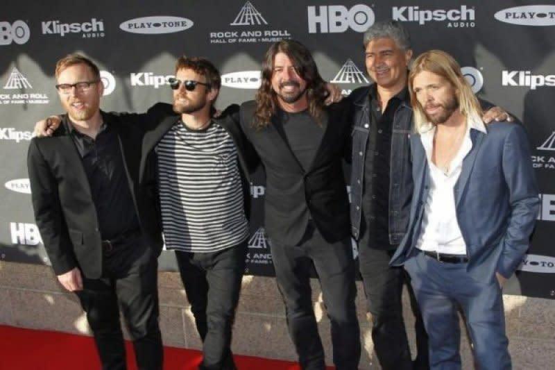 Foo Fighters batalkan tur konser peringatan 25 tahun karena COVID-19