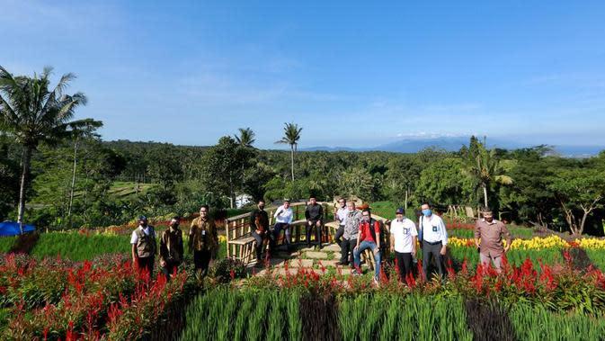 Bupati Abdullah Azwar Anas bersama sejumlah pimpinan BUMN kantor cabang di Banyuwangi mengunjungi Agrowisata Tamansuruh.