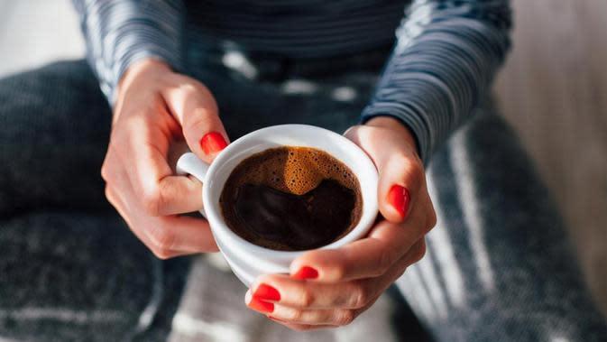 Minum kopi (Kikovic/shutterstock)