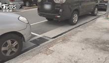 停車場入口「劃路邊車格」被停滿民眾傻眼:怎開進去?