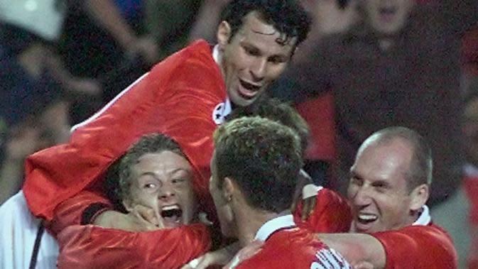 Para pemain Manchester United merayakan gol yang dicetak oleh Ole Gunnar Solskjaer ke gawang Bayern Munchen pada laga final Liga Champions di Stadion Camp Nou, Barcelona (26/5/1999). Manchester United menang 2-1 atas Bayern Munchen. (AFP/Eric Cabanis)