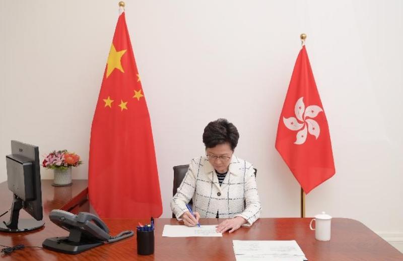 香港特首林鄭月娥簽署《中華人民共和國香港特別行政區維護國家安全法》,該法自6月30日23時起生效。圖:翻攝自香港特別行政區政府