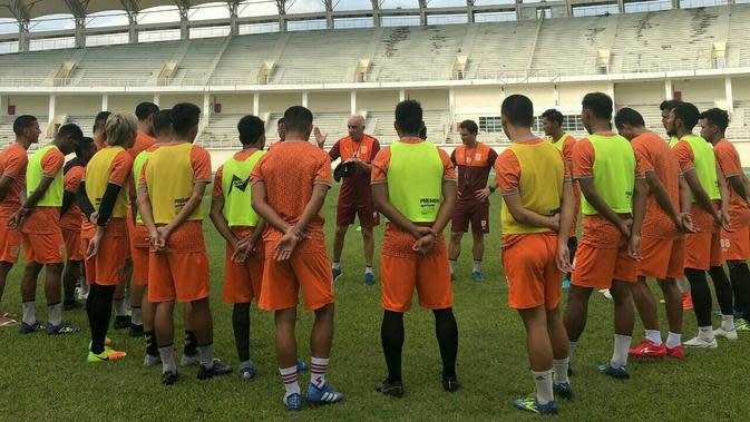Pelatih Borneo FC, Mario Gomez, memberikan instruksi kepada pemainnya. (dok. Borneo FC)